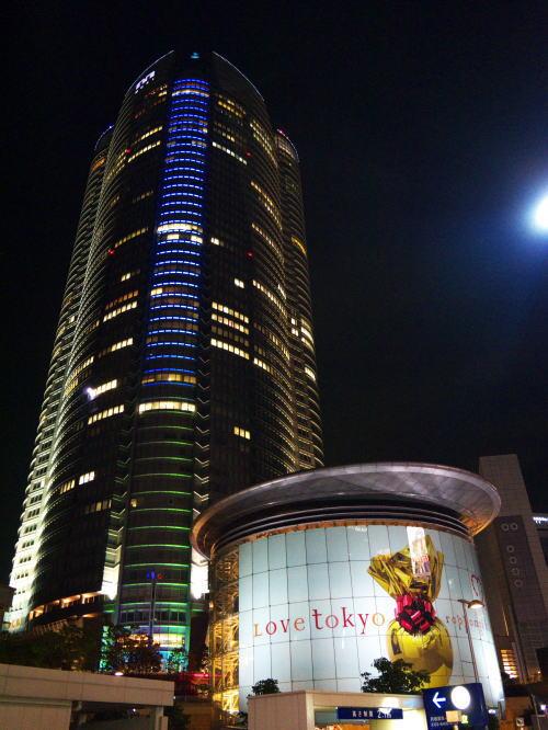 夜の高層ビルの写真(六本木ヒルズ)