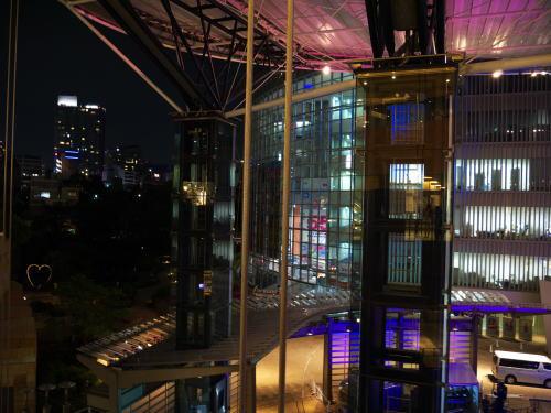 夜のビルの写真(六本木ヒルズ)
